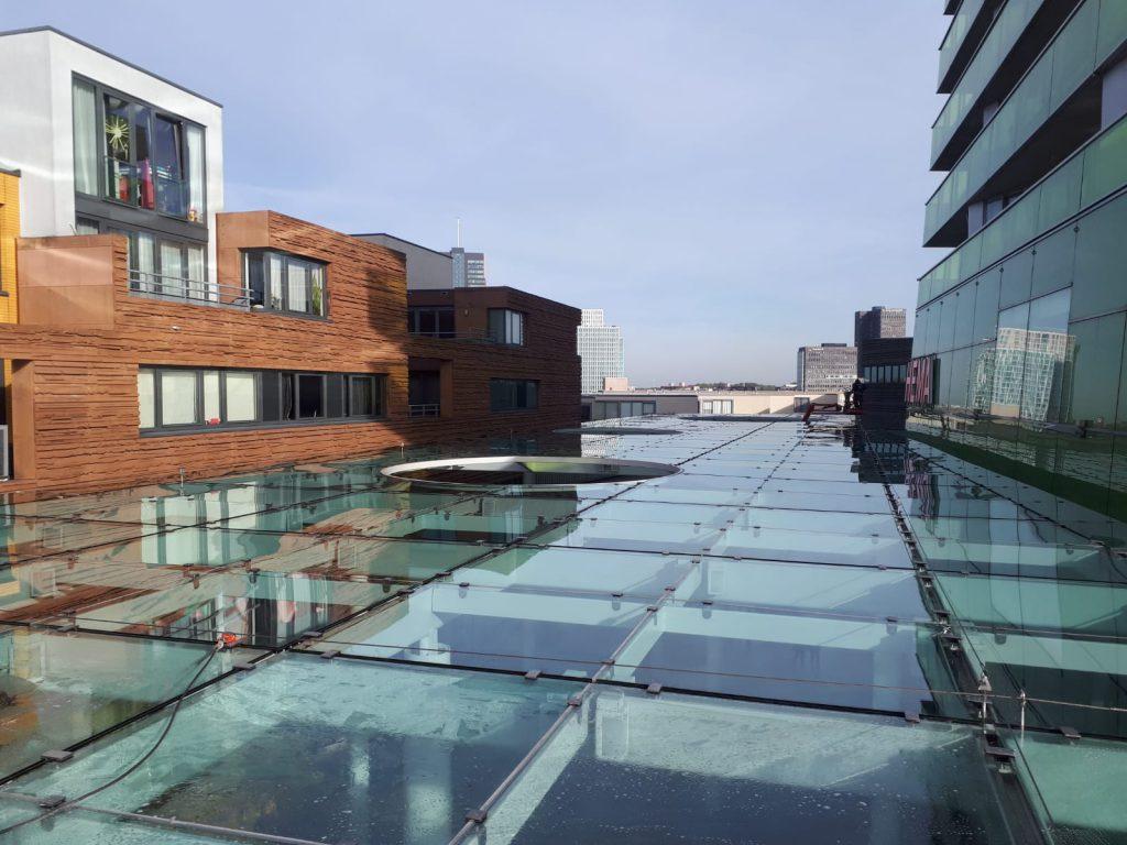 Schoonmaakbedrijf Nootdorp op het dak bezig